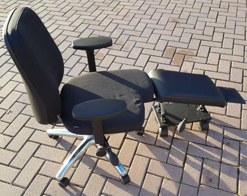 Aangepaste bureaustoel met beensteun