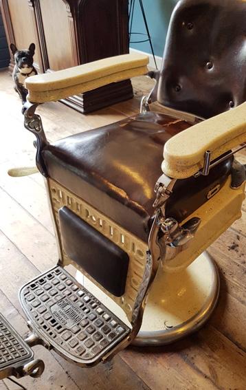 Antieke barbierstoel met hoge zitting-oud