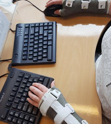 Aan het werk met een Newtral2 ergonomische muis en een splitsbaar toetsenbord van Freestyle
